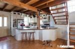 Tủ bếp kết hợp quầy bar cho không gian thư giãn và nghỉ dưỡng