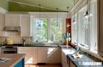 Không gian bếp ngập tràn ánh sáng với chất liệu gỗ sồi sơn trắng