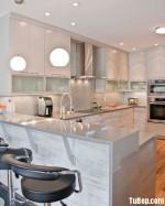 Tủ bếp gỗ Laminate chữ I song song màu vân gỗ phối trắng có đảo TBT0500