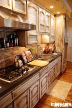 Tủ bếp gỗ tự nhiên sơn men có đảo TBT0422