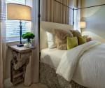 Mẫu bàn đẹp tô điểm trong phòng ngủ