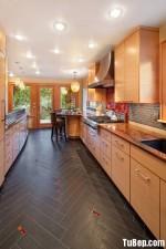 Tủ bếp gỗ Laminatemàu vân gỗ phối xám hình chữ I có đảo TBT0711