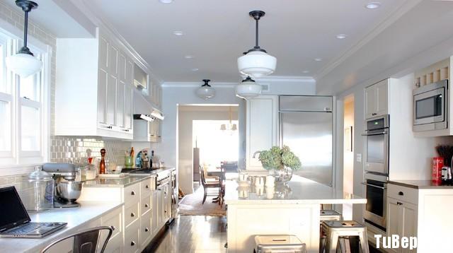 0807 tự nhiên sơn men Tủ bếp gỗ tự nhiên sơn men trắng + bàn đảo – TBB297