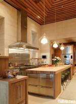 Tủ bếp gỗ tự nhiên Xoan đào kết hợp bàn đảo – TBB315