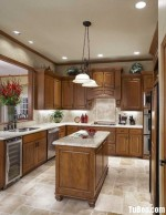 Tủ bếp gỗ tự nhiên Xoan đào kết hợp bàn đảo – TBB428