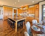 Tủ bếp gỗ tự nhiên Xoan Đảo kết hợp bàn đảo – TBB425