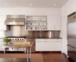 Gian bếp hiện đại với miếng ốp inox