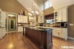 Tủ bếp gỗ tự nhiên sơn men trắng + bàn đảo – TBB578
