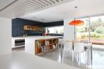 Tủ bếp gỗ Laminate chữ L màu trắng phối vân gỗ – TBB779