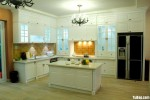 Tủ bếp gỗ Xoan đào sơn men trắng chữ L có bàn đảo – TBB 1264