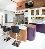 Tủ bếp gỗ tự nhiên sơn men phối màu trắng và tím dạng chữ I có đảo – TBB1632