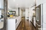 Tủ bếp gỗ Acrylic màu trắng chữ I có bàn đảo và hệ khung tủ lạnh, tủ khô – TBT1277