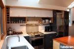 Tủ bếp gỗ Acrylic màu trắng kết hợp màu xám đen chữ L có bàn đảo và hệ khung tủ lạnh, tủ khô – TBT1326