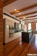 Tủ bếp gỗ Acrylic màu trắng kết hợp màu xám chữ I có bàn đảo và hệ tủ khô – TBT1522