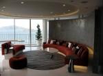 Phòng khách rực rỡ với nội thất màu đỏ