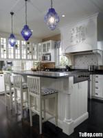 Tủ bếp gỗ tự nhiên sơn men trắng dạng chữ L có bàn đảokết hợp bàn bar  phong cách bán cổ điển – TBB 2428