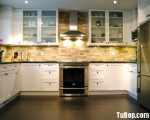 Tủ bếp chữ U chất liệu Xoan Đào sơn men trắng kết hợp sàn gỗ và kính ốp tường gam màu tối tinh tế – TBN4991