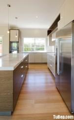 Tủ bếp gỗ Laminate chữ L sang trọng và tinh tế hơn khi kết hợp giữa màu trắng và vân gỗ – TBT2338