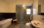 Phòng tắm sang trọng với cửa kính