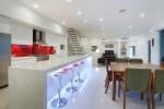 Căn bếp ấn tượng với thiết kế backsplash màu đỏ