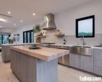 Tủ bếp chất liệu Laminate lõi xanh chống ẩm kết hợp bàn đảo rộng – TBN5856