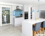 Tủ bếp gỗ Acrylic màu trắng có bàn đảo – TBT3012