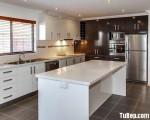 Tủ bếp gỗ Laminate màu vân gỗ kết hợp màu trắng – TBT3269