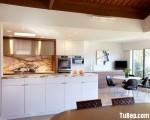 Tủ bếp gỗ Laminate màu vân gỗ kết hợp màu trắng có bàn đảo – TBT3279