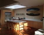 Tủ bếp gỗ Laminate thiết kế màu vân gỗ có bàn đảo – TBT3401