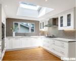 Tủ bếp gỗ Tần Bì màu trắng sươn men chữ U bán cổ điển – TBT3733