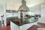 Tủ bếp gỗ Căm Xe màu trắng sơn men thiết kế bán cổ điển – TBT3351