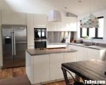 Tủ bếp Acrylic trắng bóng gương với tay nắm âm hiện đại – TBB4548