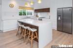 Tủ bếp chữ L chất liệu Acrylic bóng gương kết hợp bàn đảo – TBN8203