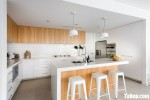 Tủ bếp gỗ Laminate màu trắng kết hợp vân gỗ hiện đại– TBT3656
