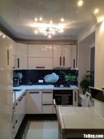 Tủ bếp Acrylic trắng bóng gương chữ L tiện nghi hiện đại – TBB5022