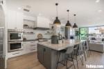 Tủ bếp gỗ Tần Bì thiết kế có bàn đảo tiện dụng – TBT4058